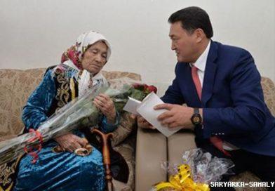 Павлодар облысының әкімі жасы жүзге келген кейуаналарды мерекесімен құттықтады