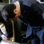Ұлық болсаң, кішік бол: Жапонияда министр халықтан бас иіп, кешірім сұрады