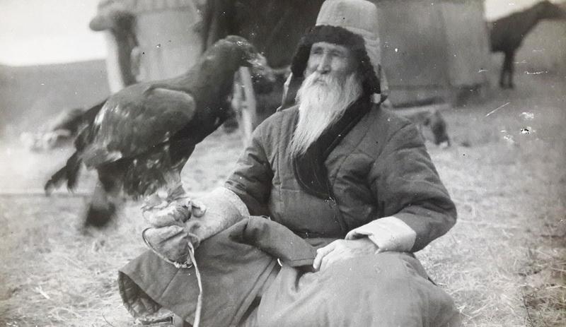 Бүркітін қолына қондырған Шәкәрім. 1927 жыл