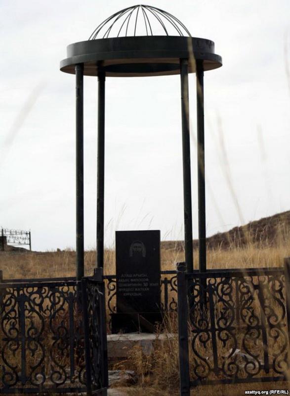 Шәкәрімнің сүйегі 30 жыл жатқан құдыққа қойылған құлпытас. Шығыс Қазақстан облысы Абай ауданы. 3 қазан 2011 жыл.